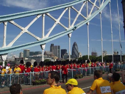 TThe peloton crosses Tower Bridge (Picture by foru