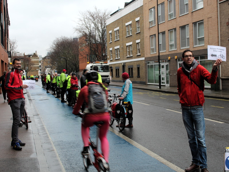 Campaigners make their own segregated bike lane on CS7 route